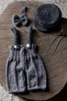 Conjunto de macacão e boina confeccionados em tricô e crochê, em fio antialérgico. <br>detalhes - botões <br>cor - cinza <br>tamanhos - RN/ 1 a 3 / 3 a 6 meses