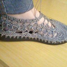 zapatos tejidos a crochet para dama ile ilgili görsel sonucu Crochet Slipper Boots, Crochet Sandals, Knitted Slippers, Filet Crochet, Diy Crochet, Crochet Baby, Crochet Woman, How To Make Shoes, Bare Foot Sandals