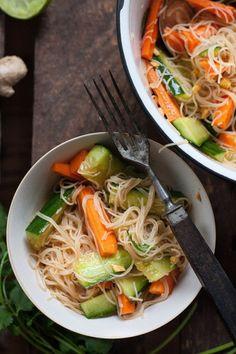 Veganer Glasnudelsalat ist frisch, knackig und perfekt, um die guten Vorsätze in Angriff zu nehmen. Diesen leichten Sattmacher werdet ihr lieben!