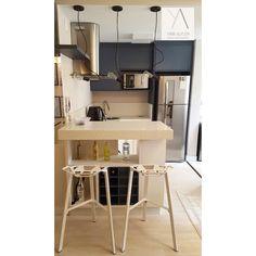 Apartamento FR | Itajaí - SC  Cozinha integrada super descolada  Azul + Branco + Bege. Destaque para os pendentes de bulbo acima da bancada de quartzo e para as banquetas geométricas brancas! O resultado deixou o apto super jovem e a cara do cliente!  Ver esta foto do Instagram de @yaarquiteta • 52 curtidas