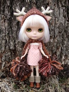 I need this Blythe doll in my life : look at her pixie suit & hat!