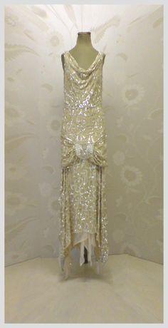 Art deco fashion vintage flapper dress, vintage gowns, vintage outfits, f. Vintage Flapper Dress, Vintage Gowns, Vintage Clothing, Flapper Dresses, 1920s Flapper, 1920s Dress, Vintage Art, Gatsby Dress, Vintage Bridal