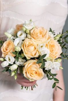 Brudepikebukett med fersken roser Floral Wreath, Wreaths, Decor, Floral Crown, Decoration, Door Wreaths, Deco Mesh Wreaths, Decorating, Floral Arrangements