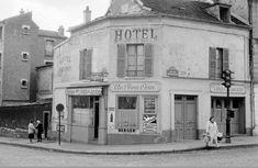 """L'hôtel/bistrot """"Au Bon Coin"""", à l'angle de la rue de Ménilmontant (n° 166) et de la rue Pelleport, en 1957. Une photo de Inge Morath - © Inge Morath Foundation  (Paris 20ème)"""