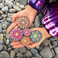 A arte de transformar pedras em lindas pinturas!      Oi pessoal! Gosto muito desta linda arte de pintura em pedra, então resolvi pe...