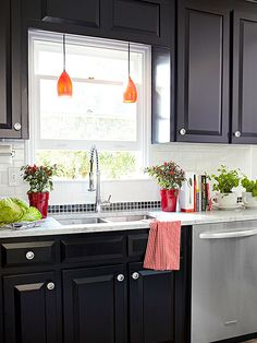 Black paint came to the rescue in this kitchen by giving the old cabinets a totally different look without breaking the budget: http://www.bhg.com/kitchen/remodeling/makeover/real-life-kitchens-on-a-budget/?socsrc=bhgpin041214powerofpaint&page=11 Kitchen Colors, Kitchen Lighting, Cabinet Lighting, Life Kitchen, Kitchen Reno, New Kitchen, Kitchen Design, Black Kitchen Cabinets, Black Kitchens