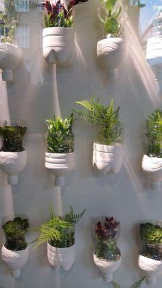 House Plants Decor, Plant Decor, Garden Crafts, Garden Projects, Diy Plastic Bottle, Paint Plastic, Vertical Garden Design, Recycled Garden, Bottle Garden
