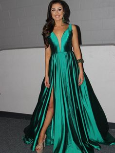 Alex Wilkins, your new Miss Teen California International 2016, definitely chose the perfect crowning look when she opted to wear this stunning, emerald Sherri Hill evening gown! Alex will be competing at Miss Teen International 2016 later this year!
