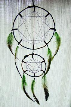 ~ ~ Dreamcatcher de géométrie sacrée, avec plumes de coq vert, de perles en bois et de fils de coton ~ ~ le cerceau est encapsulé en douce