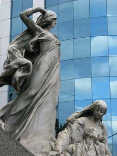 Barrio de Recoleta (antiguas esculturas  del Cementerio de Recoleta, atras vidrios de las edificaciones).-