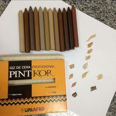 """Todas as marcas de material escolar deveriam pensar nisso. Na escola os pequenos sempre questionam e pedem a """"cor de pele"""" é aquele rosa e o bege estão longe de ser aquilo que queremos. Essa caixinha aqui faz toda a diferença quando falamos de tons de pele .... são 12cores diferente . Bora fazer uma caixinha assim de canetinha lápis giz aquarela tinta .... @faber_castell_br #Bic @staedtlermars @acrilex_oficial ..... olha a ideia!!!! Eu seria a primeira a comprar  #materniarte #PorMaisOpções…"""