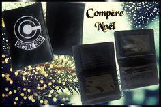 Portefeuille Compère cousu par Laetitia BulGoh - Tissu(s) utilisé(s) : Simili et toile de coton noir patch Capsule Corp. - Patron Sacôtin : Compère