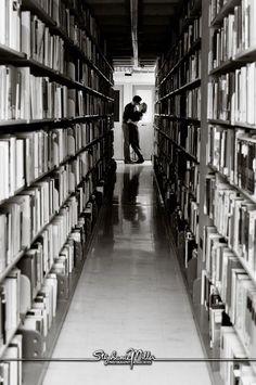 Besos entre montones de libros