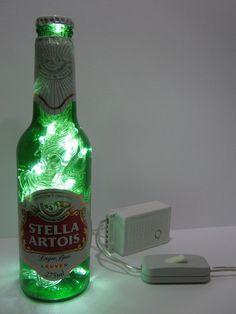 Luminária produzida com garrafa de vidro da marca Stella Artois.  Além de original, a luminária é duplamente sustentável: a garrafa é um material reciclado e o LED consome menos energia e tem vida útil bem mais longa do que as lâmpadas comuns.  Ideal para cabeceiras, estantes e escrivaninhas. Combina também com ambientes comerciais como lojas, bares e restaurantes.  Características: - São 50 microlâmpadas brancas de LED que permitem uma boa iluminação. - Possui 8 funções. - Acompanha…