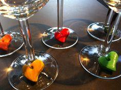 Wijnglasmarkers van zoutdeeg en acrylverf. Resultaat van een middagje knutselen met de dames van 'De Lachende Hamer'. Zoutdeeg van 3 koppen bloem, 1 kop zout en 1 kop water. Deeg uitrollen en figuurtjes uitsteken met kleine koekvormjes. Met cocktailprikker een gaatje maken in het deeg. Vervolgens 1 uur bakken in de oven op 100°C, daarna 1 uur op 150ºC. Na het afkoelen beschilderen met acrylverf en eventueel aflakken. Ringetjes erdoor en aan wijnglas bevestigen.