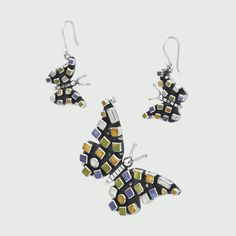 Set din argint cu fluturaşi multicolori decorați cu rășină colorată de sinteză. Setul este format din cercei și pandantiv cu design modern.  Cerceii se prind pe ureche cu tortițe mobile, deschise la spate, au ca dimensiuni 4,5 x 1,7 cm, iar pandantivul are 6 x 4 cm, poate fi așezat ca în foto sau chiar orizontal, are ouă anouri, cate unul pe fiecare aripă ascuns în spate. Cod produs: VS1528 Greutate: 33.96 gr.