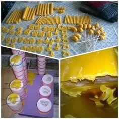 Nogen laver konfekt her i starten af december...her i huset bliver der lavet ting af bivoks. Mon der snart er nok til min mors julemarkedsbod? :-)