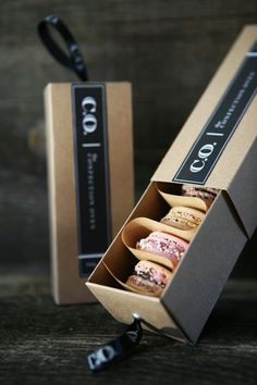 Love this idea for packaging french macaron. Creative packaging Love this idea for packaging french macaron. Macaron Packaging, Packaging Box, Bakery Packaging, Food Packaging Design, Pretty Packaging, Packaging Design Inspiration, Brand Packaging, Packaging For Cookies, Dessert Packaging