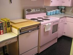 Frigidaire Custom Imperial Double Oven and a dishwasher Read more: American Beauties: 25 vintage stoves and refrigerators from readers' kitchens - Retro Renovation Vintage Kitchen Appliances, Flat Interior, Retro Kitchen, Vintage Kitchen, Yellow Kitchen, Pink Kitchen, Retro Home Decor, Retro Renovation, Vintage Stoves