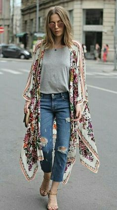 Love this street style fashion - kimonos are fast becoming a popular choice. Its easy to see why. They are so versatile and can be worn with pretty much anything. Women casual fashion outfits | Kimono styles