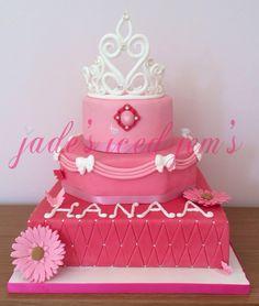 Pink princess cake. 1st birthday cake. Sugar tiara. Gerberra dsisy