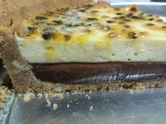 Torta de ganache de chocolate meio amargo com musse de maracujá.