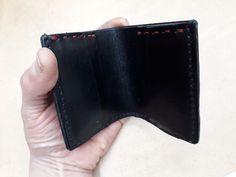 572f0382e4 Portafogli uomo nero cuoio porta documenti mini wallet porta carte  artigianale di robafattamman su Etsy