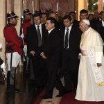 Fomenten la comprensión, el diálogo y la colaboración, el Papa Francisco a las Autoridades en Paraguay