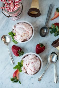 Surprise your taste buds with this easy strawberry ice cream swirled with a tart balsamic vinegar. Strawberry Balsamic, Strawberry Ice Cream, Strawberry Recipes, Ice Cream Flavors, Ice Cream Recipes, Frozen Desserts, Frozen Treats, Caramel, Kitchen Aid Recipes