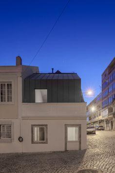 Private housing in Lisbon (Portugal) Architect: Humberto Conde, Copyright: Joao Morgado - Architecture Photography Techniques: VMZ Standing seam – VMZ Joint Debout, Aspect: QUARTZ-ZINC® - #Portugal #QuartzZinc #QUARTZZINC #Architecture #PrivateHousing #Zinc #VMZINC #Roofing #ProjectOfTheDay