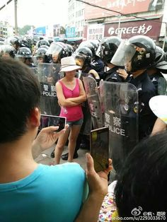 这种近距离可以把军人上访,军人乞讨的图片直接用胶带贴到警察的盾牌上。