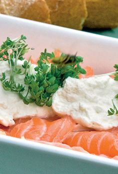 Citronmarineret laks med peberrodcreme | SØNDAG Low Carb Recipes, Healthy Recipes, Healthy Food, My Favorite Food, Favorite Recipes, Fish Dishes, Empanadas, Fish And Seafood, Seaweed Salad