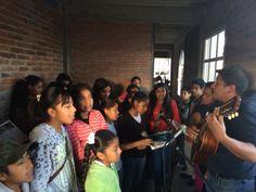 Coro San Felipe de Jesus en la cabina del Radio Fm 104.1