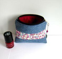 Petite trousse, porte-monnaie en jean's recyclé et coton fleuri, liberty mauve et vieux rose : Porte-monnaie, portefeuilles par melkikou-upcycling
