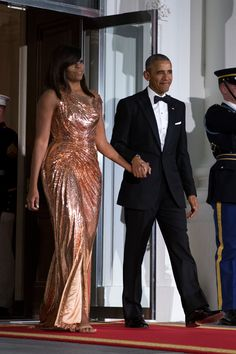 Michelle Obama WERQs a STUNNING Atelier Versace at her final state dinner like a diva making a curtain call Barak And Michelle Obama, Barrack And Michelle, Michelle Obama Fashion, American First Ladies, Versace Dress, Atelier Versace, Gold Dress, Copper Dress, Ermanno Scervino