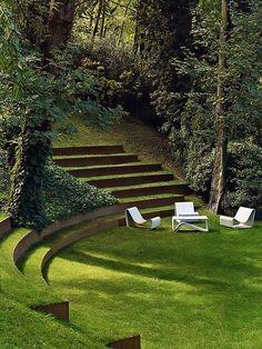 Lounge com Mobiliário Branco em Jardim.