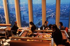 Dining at the top of the World Trade Center, NYC, Windows on the World was the name of the venues on and floor of the North Tower. World Trade Center Nyc, Trade Centre, Ponte Golden Gate, Golden Gate Bridge, Twin Towers, 11 September 2001, Ville New York, North Tower, Foto Madrid