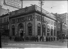 Bank of Montreal Building at Yonge and Queen streets 1913 Bank Of Montreal, Scarborough Bluffs, Toronto Canada, Toronto City, Toronto Photos, Canadian History, Union Station, Quebec City, Old City