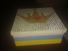 caixa em mdf com aplicação de mosaico feito com material reciclável na tampa *-*