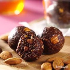 Bites Energéticos de Almendra These Almond Energy Bites are perfect when you don't know what to eat to exercise with all the energy. This delicious snack is an easy and quick recipe to make. Quick Snacks, Yummy Snacks, Healthy Desserts, Dessert Recipes, Nutella Snacks, Vegan Zucchini Recipes, Snacks Saludables, Easy Healthy Breakfast, Morning Food
