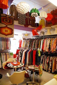Second hand shop - eco fashion more. second hand shop - eco fashion more vintage clothing display Vintage Clothing Display, Vintage Store Displays, Clothing Displays, Vintage Clothing Stores, Clothes Shops, Second Hand Shop, Second Hand Clothes, Boutique Vintage, Vintage Shops