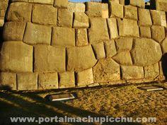 Figura de una Serpiente formada por las gigantescas rocas de la fortaleza de Sacsayhuaman. Cusco, Perú.