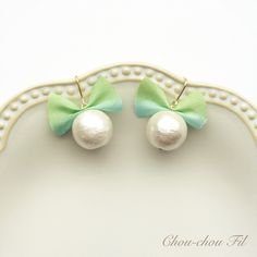 Chou-chou Fil【silk ribbon&cotton pearl pierce(グラスグリーン)】12mmのホワイトコットンパールとグラスグリーンのシルクリボンをちょこんとつけたピアスです♡ 肌なじみのよいリボンです。 Fabric Earrings, Beaded Earrings, Earrings Handmade, Beaded Jewelry, Handmade Jewelry, Textile Jewelry, Fabric Jewelry, Craft Accessories, Handmade Accessories