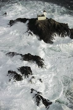 YannArthusBertrand2.org - Fond d écran gratuit à télécharger || Download free wallpaper - Le phare de Tévennec dans le raz de Sein, Finistère, France (48°04' N - 4°48' O).