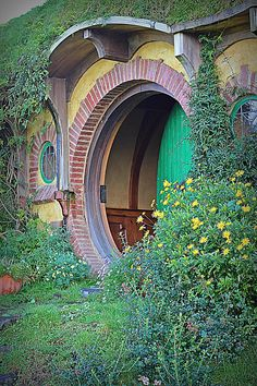 Beautiful Hobbit Door~hobbiton One day The Hobbit Movies, O Hobbit, Hobbit Hole, Casa Dos Hobbits, Tolkien, New Zealand Landscape, Dubai Skyscraper, Unusual Homes, Earthship