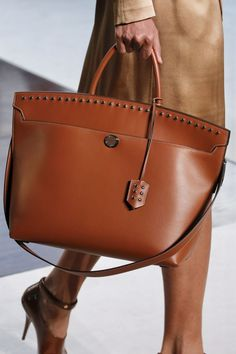 Find tips and tricks, amazing ideas for Burberry handbags. Discover and try out new things about Burberry handbags site Burberry Handbags, Prada Handbags, Purses And Handbags, Leather Handbags, Leather Bag, Luxury Handbags, Cheap Handbags, Popular Handbags, Cheap Bags