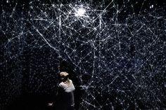 Una bailarina manipula la luz en un alucinante espectáculo de mapping | The Creators Project