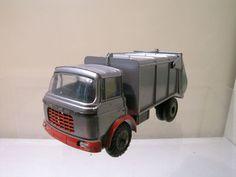 """JRD - Schaal 1/43 - Berliet Vuilniswagen """"Camion à ordures"""" No.131  JRD - France.No: 131 1963.Berliet Garbage Truck ( vuilniswagen / camion à ordures ) .Een mooi compleet origineel vintage Die-cast model (GEEN REPLICA) in zeer goede staat heeft een paar kleine lakchipjes.Kleur van de cabine/chassis/trailer is Zilver kleur met Oranje.Schaal is: 1:43.Helaas geen originele doos model wordt zeer goed verpakt voor verzending.De foto's maken deel uit van de beschrijving. Model wordt zeer goed…"""