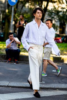 Light blue button down shirt and cream straight pants with black loafer mules // Milan Men's Fashion Week Milan Men's Fashion Week, Mens Fashion Week, Latest Mens Fashion, Cool Street Fashion, Fashion Night, Urban Fashion, Men Street, Looks Style, Mens Clothing Styles