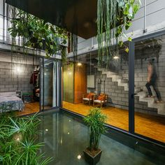 Inside Out House was completed recently by Terra e Tuma studio in Sao Paulo. This house represents a very common situation in São Paulo Design Exterior, Interior And Exterior, Decor Interior Design, Interior Design Living Room, Room Interior, Terra E Tuma, Architecture Design, Concrete Block Walls, House Goals